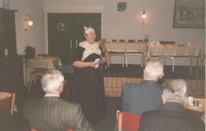 Eibertje (Gerrie Rekers) praat op 28 maart 1991 de avond aan elkaar tijdens de avond van de Streektaal