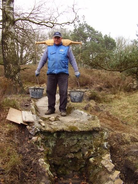 Jaap van Eijck met beton bij de waterval