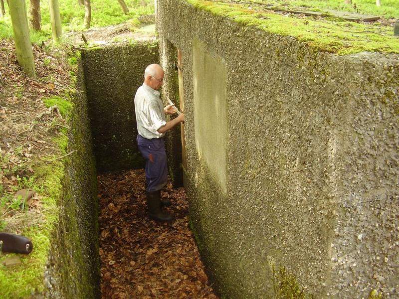 Evert van Beek, repareert de vergrendeling van de deur pompstation