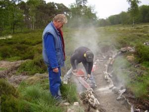 Bouwbedrijf met Jakob Keijl zelf en zijn medewerker Klaas zagen hier de betonnen bodem van De Beek door zodat de wortels kunnen worden verwijderd
