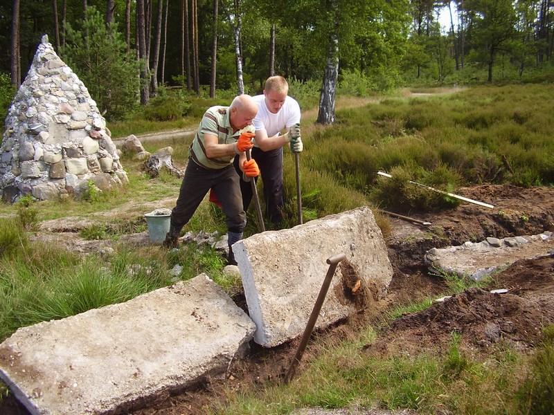 Cees van Eijck en Geert Bart van Weegel leggen het stuk beton weer op zijn plekje