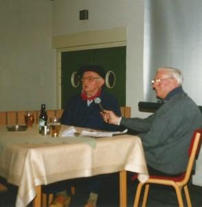 Willem Hagenbeek (re) vz van de Streektaalgroep in 1990